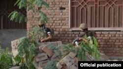 سیکیورٹی اہل کار میزان شاہ کے ایک قصبے میں سرچ آپریشن کر رہے ہیں۔ فائل فوٹو