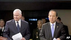 US Defense Secretary Robert Gates (l),and his South Korean counterpart Kim Tae-young at the Pentagon, 08 Oct 2010