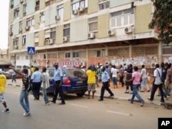 Manifestantes em debandada perante a violência policial