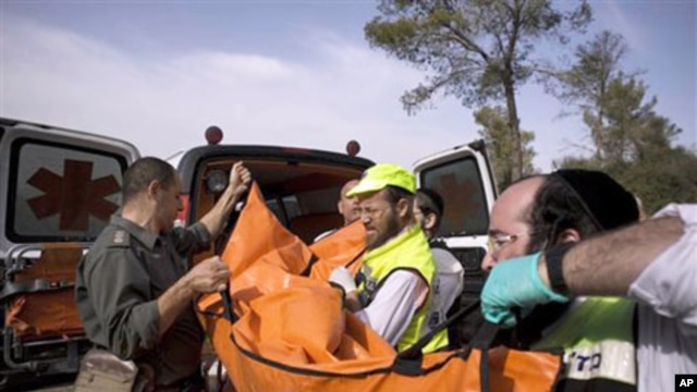 Israeli rescue workers carry the body of US tourist Christine Logan after she was found in a wooded area near the village of Mata, outside Jerusalem, 19 Dec 2010