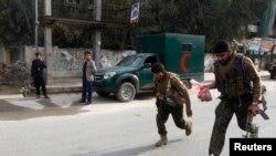 نیروهای امنیتی افغان در حال دویدن پس از حمله انتحاری در جلال آباد - ۲۹ اسفند ۱۳۹۲