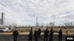 Polisi Meksiko memeriksa lokasi pembunuhan di Ciudad Juarez (foto ilustrasi). Ribuan orang per tahun dibunuh terkait kekerasan kartel narkoba di kota di Meksiko utara ini.