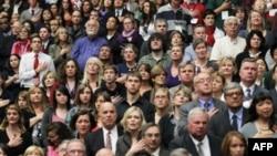 Люди, собравшиеся почтить память жертв трагедии в Аризоне