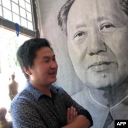 这位经营纪念品的小贩说,毛泽东是神。
