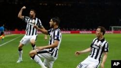 Alvaro Morata de la Juventus de Turin célèbre son but avec ses coéquipiers à Berlin en aout 2015.