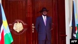 Le Président de la République du Soudan du Sud, Salva Kiir, attend le Secrétaire général de l'ONU à Juba, le 25 février 2016.