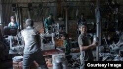 বাংলাদেশের একটি কারখানায় কাজ করছে শিশু শ্রমিক
