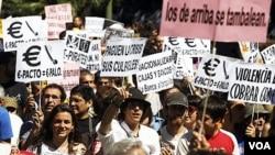 Para demonstran melakukan protes atas resesi ekonomi di Spanyol dalam unjuk rasa dekat gedung parlemen di Madrid (19/6).