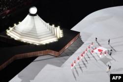 Bendera nasional Jepang dibawa ke lapangan dalam upacara pembukaan Olimpiade Tokyo 2020, di Stadion Olimpiade, di Tokyo, 23 Juli 2021. (AFP)
