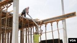 ກໍາມະກອນກໍ່ສ້າງອາຄານຫລັງໜຶ່ງ ທີ່ກໍາປູເຈຍ (ຮູບຖ່າຍໂດຍ Hean Socheata/VOA Khmer ໃນວັນທີ 02 ມີນາ 2017)