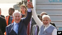 PM Israel Benjamin Netanyahu (kiri) disambut oleh PM India Narendra Modi setibanya di bandara Palam, New Delhi, 14 Januari 2018.