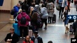 AAA estima que por primera vez más de 100 mil estadounidenses viajarán más de 80 kilómetros del 25 de diciembre al 3 de enero.