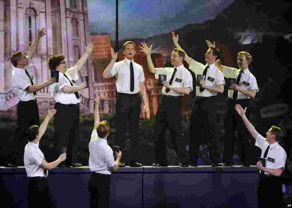 """El anfitrión de los Premios Tony, Neil Patrick, toma parte de una escena de """"El libro del mormón""""."""