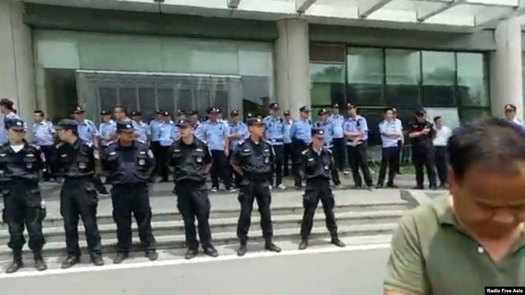 2018年6月24日,警察列队在镇江第一医院戒备,禁止老兵前往探视受伤战友。(视频截图,来自RFA)