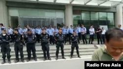 2018年6月24日,警察列隊在鎮江第一醫院戒備,禁止老兵前往探視受傷戰友。(視頻截圖,來自RFA)