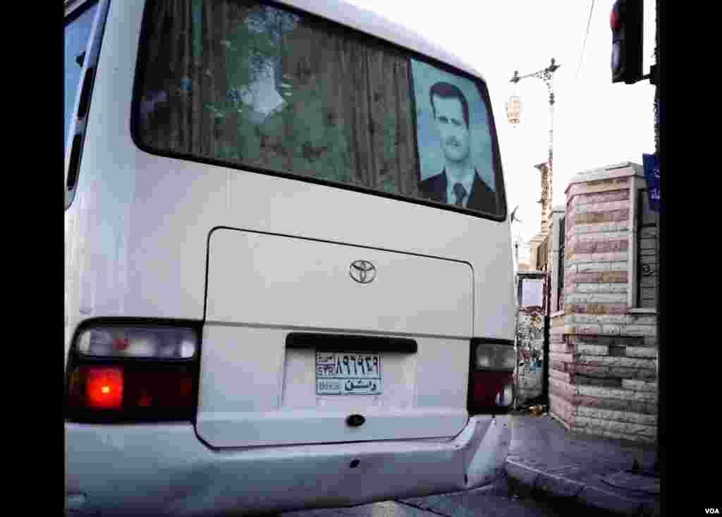 버스 뒤쪽 창문에 부착된 알 아사드 대통령의 포스터