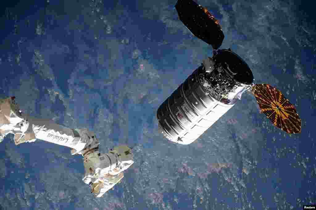 Pesawat kargo antariksa Cygnus mendekati lengan robot Stasiun Antariksa Internasional (ISS). Kapsul Cygnus membawa 3.400 kg bahan makanan, ekperimen sains, dan berbagai perlengkapan untuk astronot ISS lainnya.