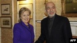 Госсекретарь США Хиллари Клинтон (слева) и президент Афганистана Хамид Карзай (архивное фото)
