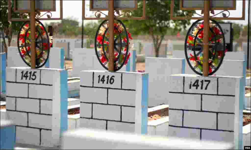 بم دھماکوں ، ٹارگٹ کلنگ یا دیگر سانحات میں انتقال کرجانے والے افراد کی قبروں پر لکھے نمبرز جن سے مجموعی تعداد کا بھی اندازہ لگایا جاسکتا ہے