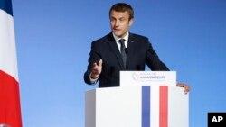 Presiden Perancis Emmanuel Macron berbicara di depan para diplomat Perancis yang berkumpul di Istana Elysee, Paris, Selasa (29/8).