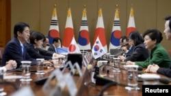 한국을 방문 중인 아베 신조 일본 총리(왼쪽)와 박근혜 한국 대통령이 2일 청와대에서 한일 정상회담을 갖고 있다.