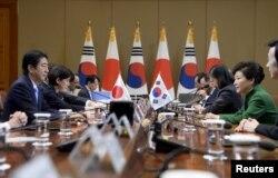 Pak Gin Xe va Shinzo Abe muloqoti. Seul, 2-noyabr, 2015-yil.