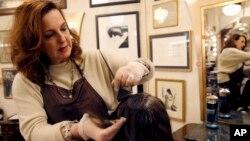 Karen Gordon (kiri), menata rambut seorang pelanggannya di J. Gordon Designs, Chicago (29/12).