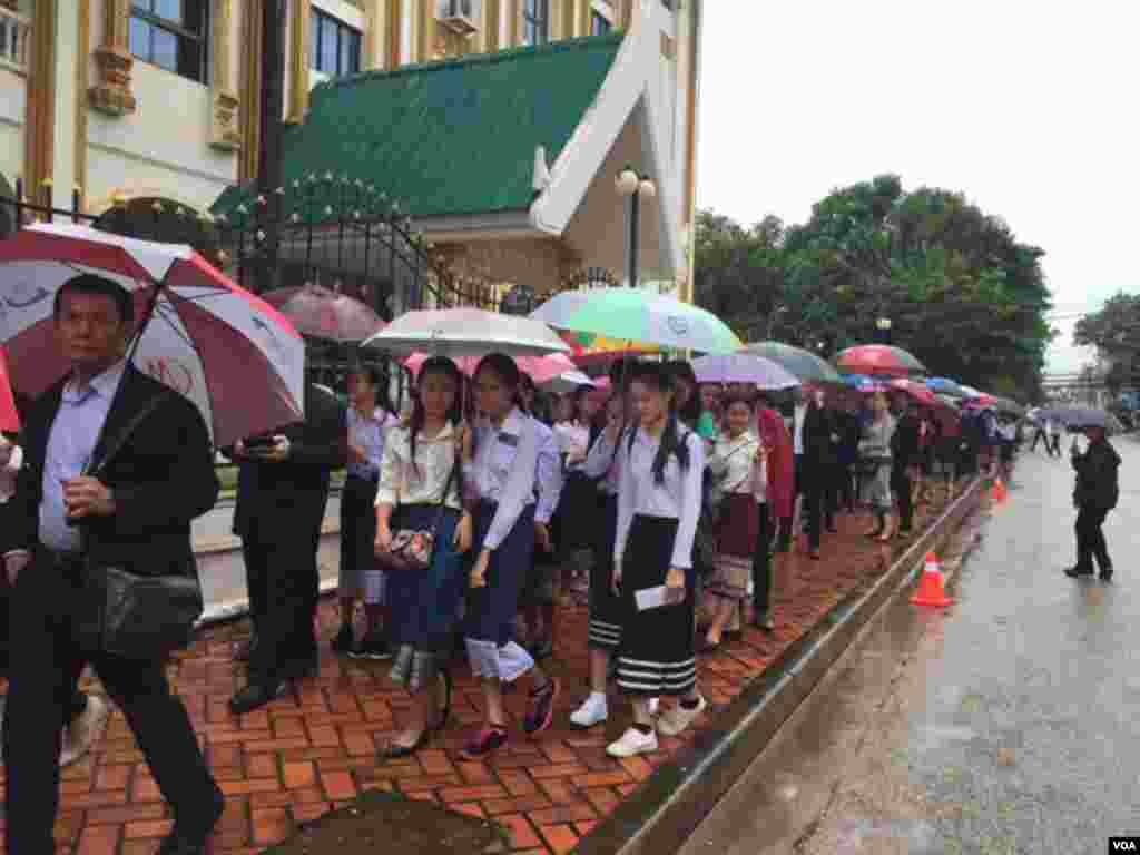在雨中排队等待进入国家文化中心大厅听取奥巴马演讲的人群