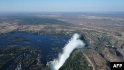 Un arc-en-ciel sur les chutes Victoria sur le Zambèze à la frontière entre la Zambie et le Zimbabwe, le 29 juin 2018.