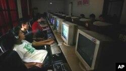 中国青年在网吧上网