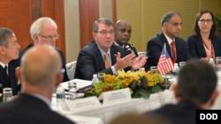 美国国防部长卡特(中)2015年5月30日同澳大利亚国防部长、日本防卫大臣举行会谈
