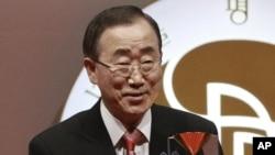 """Ông Ban Ki Moon đoạt được giải thưởng Hòa bình Seoul vì điều mà ban tuyển chọn của giải thưởng này gọi là """"thành quả xuất sắc trong việc giải quyết và ngăn chận những vụ xung đột quốc tế"""""""