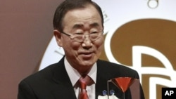 U.N. Secretary General Ban Ki-moon holds the trophy of Seoul Peace Prize during the award ceremony in Seoul, South Korea, October 29, 2012.