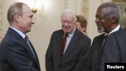 L'ancien secrétaire général des Nations unies Kofi Annan (2ème à droite) s'entretient avec le président russe Vladimir Poutine (à gauche), l'ancien président américain Jimmy Carter (au centre), et d'autres membres du groupe des anciens (Elders), le 29 avril 2015.