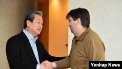 리퍼트 주한미국대사가 8일 오전 병문안 온 김무성 새누리당 대표를 만나 악수하고 있다.