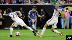 لیونل مسی، کپتان تیم ارجنتاین حین ضربۀ آزاد که به گول انجامید