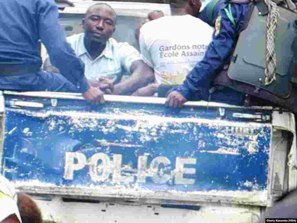Des policiers transportent des jeunes arrêtés devant la Cathédrale Saint-Joseph à Goma, en RDC, le 25 février 2018/ (VOA/Charly Kasereka)