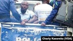 Des policiers transportent des jeunes arrêtés devant la Cathédrale Saint-Joseph à Goma, en RDC, le 25 février 2018. (VOA/Charly Kasereka)