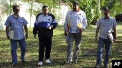 En esta foto distribuida por la oficina de prensa de Miraflores, el presidente Hugo Chávez camina con su hermano Adan, izquierda, el canciller Nicolás Maduro y el ministro de Ciencia y Tecnología, Jorge Arreaza.