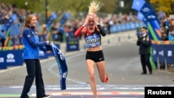 Shalane Flanagan celebrates as she crosses the finish line to win the professional women's division at the 2017 TCS New York City Marathon, Nov 5, 2017.