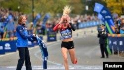 Shalane Flanagan merayakan kemenangan saat mencapai garis finis untuk nomor maraton putri di New York Maraton, (Derik Hamilton-USA TODAY Sports)