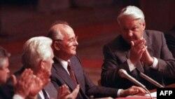 1991-yil 23-avgustda tasvirga tushirilgan surat. Rossiya prezidenti Boris Yeltsin (o'ngda) va SSSR prezidenti Mixail Gorbachyov (o'rtada).