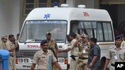 Xe chở xác tử tù Razak Memom sau khi bị treo cổ từ Nagpur tới Mumbai, ngày 30/7/2015.
