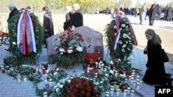 Родичі вшановують пам'ять загиблих в авіакатастрофі під Смоленськом
