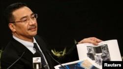 Menteri Pertahanan Malaysia, Hishammuddin Hussein, menunjukkan gambar satelit saat memberikan keterangan terkait pencarian pesawat MH370 dalam konferensi pers di Kuala Lumpur (26/3).