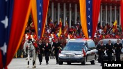 Miles de venezolanos llegaron de distintas partes del país para dar el último adiós a Chávez.
