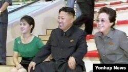 북한 '조선중앙TV'가 지난 7월 공개한 동영상에서 북한 김정은 제1위원장(가운데), 부인 리설주(왼쪽)와 함께 능라인민유원지 준공식에 참석한 김경희 노동당 비서.