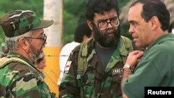 Registro del diálogo entre el gobierno y las FARC en 2007, en las que aparecen los comandantes Manuel Marulanda y Alfonso Cano (fallecidos en combate en 2008 y 2011, respectivamente) con el comisionado presidencial para la paz, Camilo Gómez.