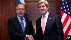 Ruski šef diplomatije Sergej Lavrov i američki državni sekretar Džon Keri uoči susreta u Berlinu