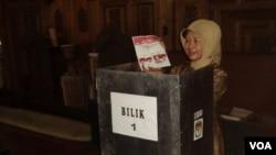 Ibu calon presiden Joko Widodo, Sujiatmi, saat mencoblos di TPS Manahan, Solo (9/7). (VOA/Yudha Satriawan)